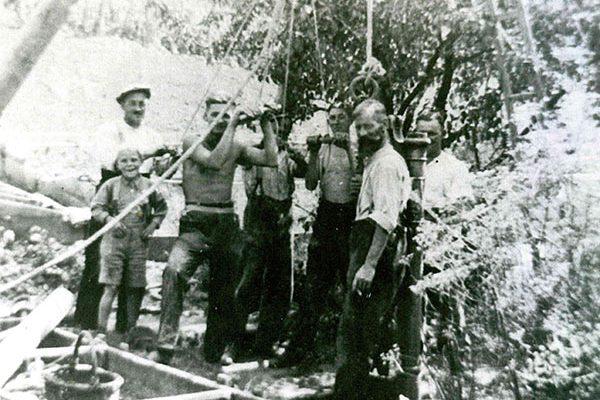 Gründer Robert Hammer und Sohn Paul beim Brunnen bohren
